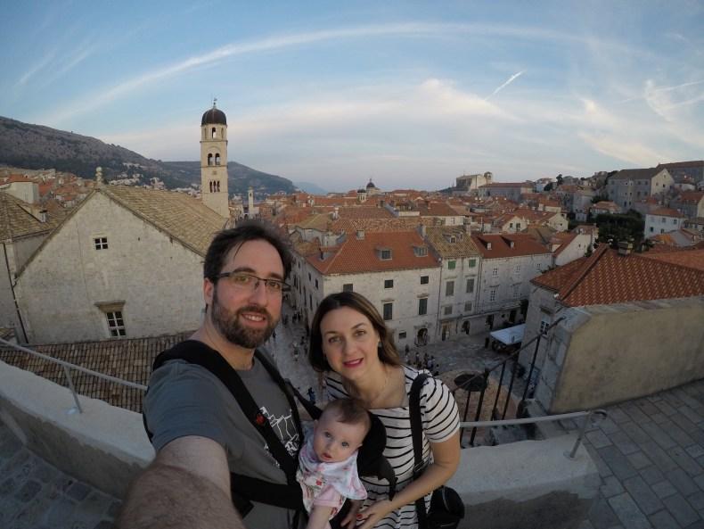 Viajar com bebês: alimentação e roteiro. Visitando as muralhas de Dubrovnik