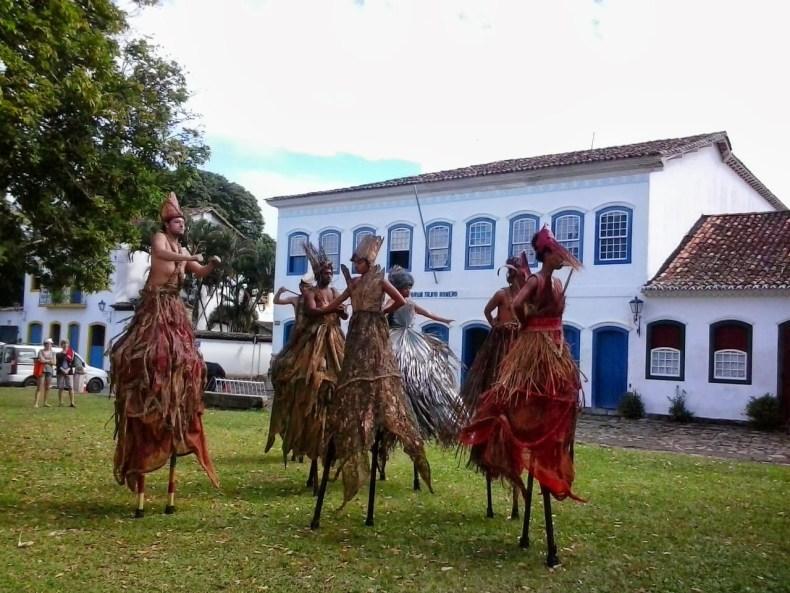 Apresentação folclórica  pelas ruas de Paraty. Foto: Taiane Sartorello