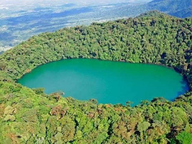 No final da trilha se alcança o Cerro Chato, e termina num lindo lago vulcânico, deslumbrante. A trilha tem 8 km e são necessárias cerca de 2 a 3 horas em cada sentido. Roteiro pela Costa Rica