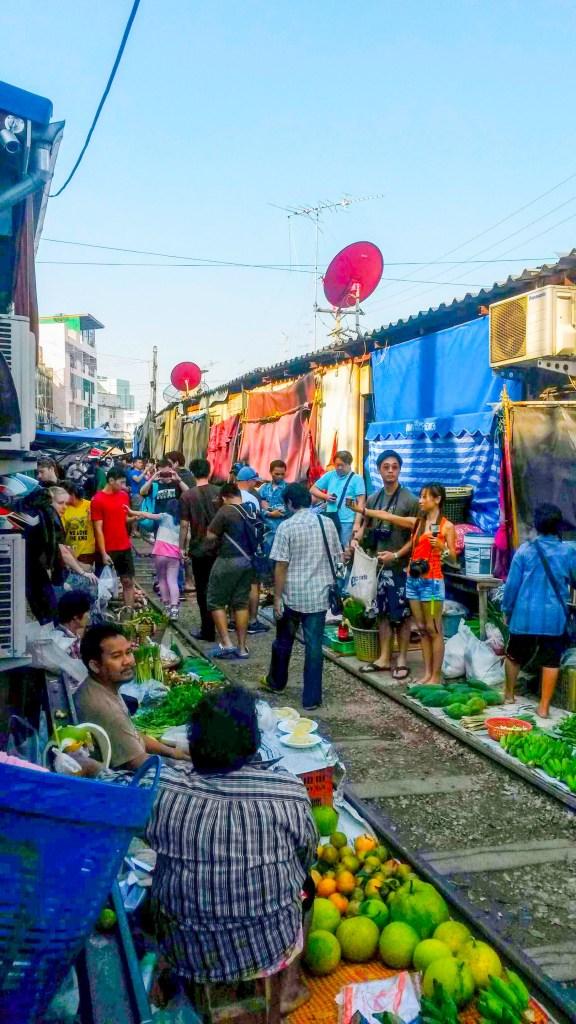 Mercado  nos trilhos em Bangkok