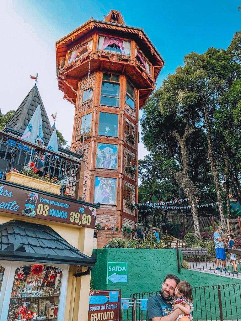 Alemanha Encantada: Restaurante e bier garten com comida alemã, local para boas fotos e destaco a torre da Rapunzel. A torre é bem bonita e a rapunzel parece ser bastante atenciosa com as crianças. Minha criança viajante não queria ir embora daí.