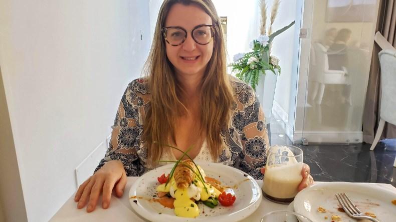 Ovos beneditinos no café da manhã do Hotel The Moon. enfim enquanto então entretanto eventualmente igualmente inegavelmente inesperadamente mas outrossim pois porquanto porque portanto posteriormente precipuamente primeiramente primordialmente principalmente salvo semelhantemente similarmente Florença onde se hospedar em Florença