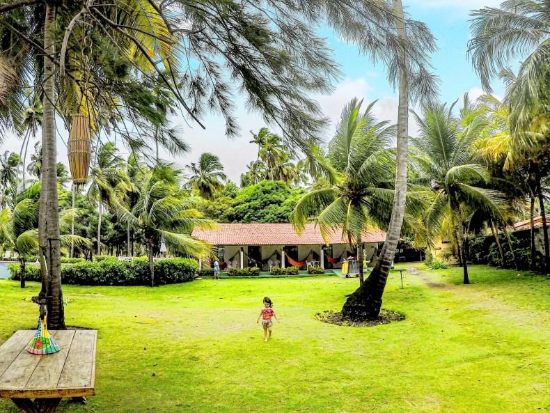 Criança andando pela área da pousada Paraíso dos Carneiros