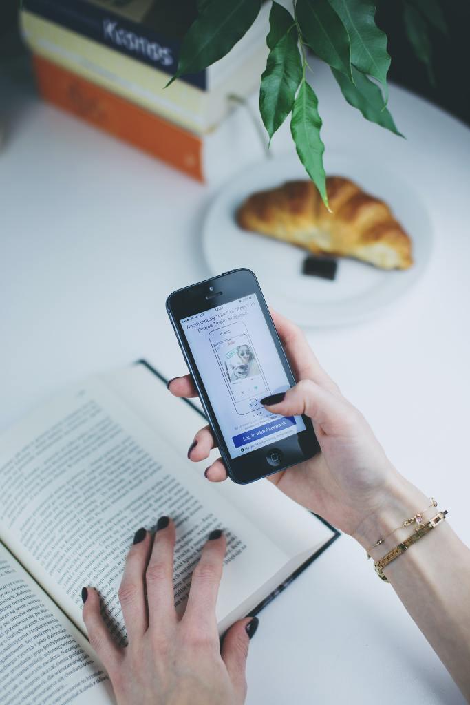 celular digitalizando livro