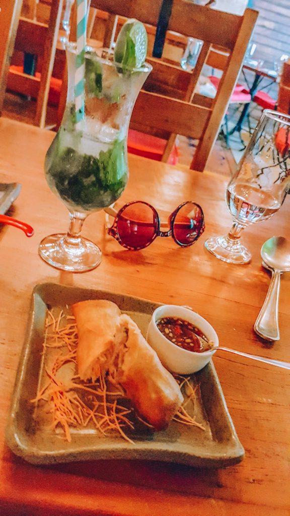 Rolinho primavera, conhecido como spring roll.  (onde comer no Rio) restaurantes românticos