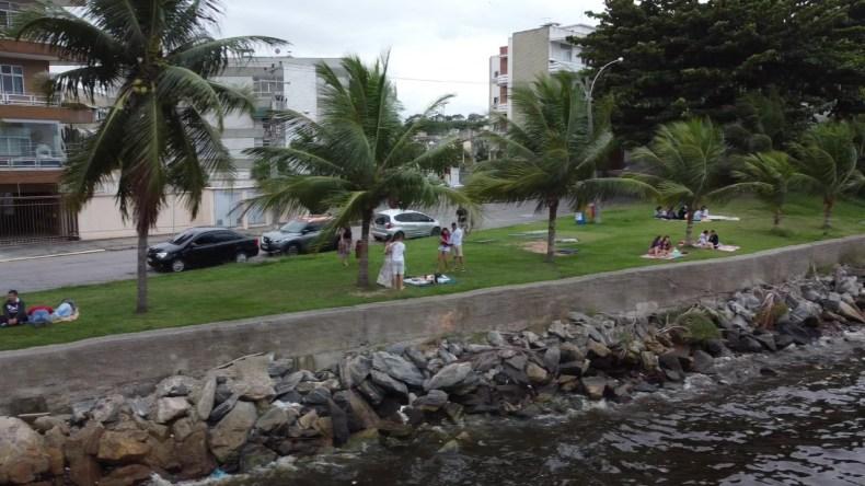 Mesmo não sendo um parque, o piquenique acontece em um dos melhores locais na Ilha do Governador, Quebra coco