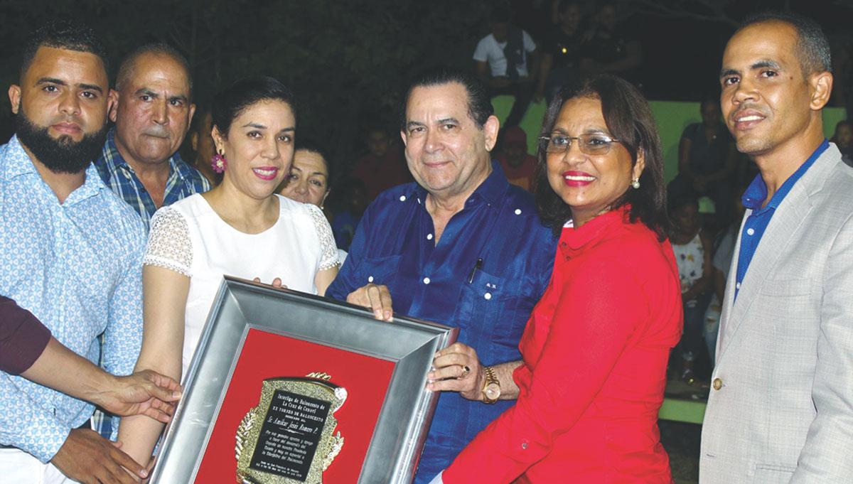 Dirigentes y personalidades de la comunidad de la Cruz de Cenoví reconocen la labor de promotor deportivo de Amílcar Romero. Fotos Narciso Acevedo.