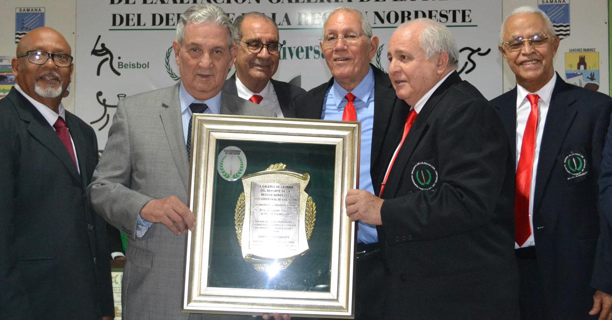 Galán Santos, Narciso González,Julián Javier, Luis Esmurdoc y Pedro de la Cruz reconocen al doctor José Joaquín Puello presidente de honor del ceremonial.