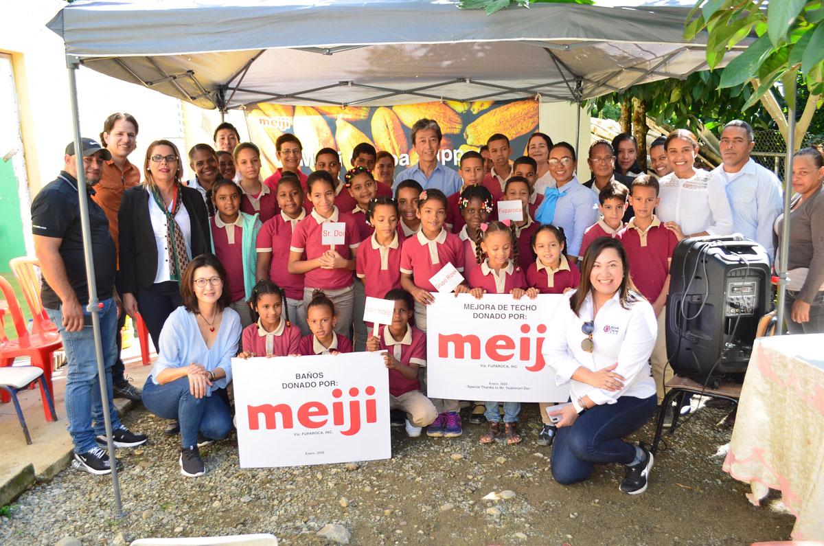 Niños de la escuela primaria de Atabalero Abajo fueron beneficiados con la construcción de sanitarios nuevos.