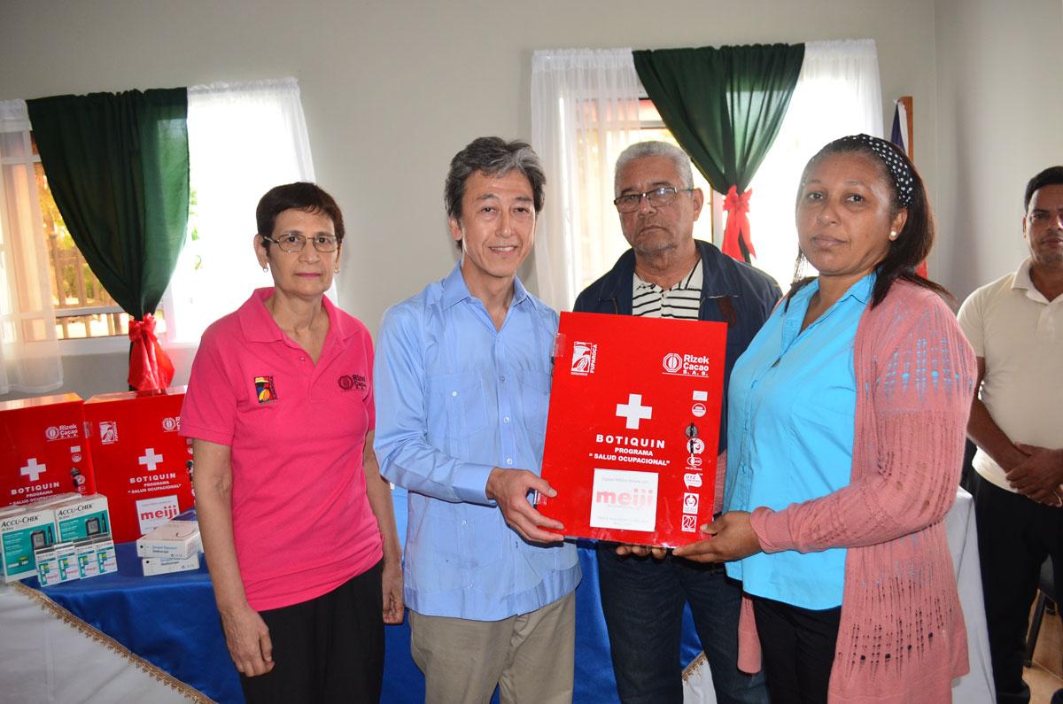 La empresa chocolatera japonesa MEIJI COMPANY por vía de la Fundación FUPAROCA realizó el pasado jueves 23 de enero la entrega de donativos a favor de varias comunidades cacaoteras en la provincia Duarte.
