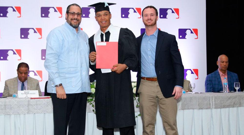 Antonio Musa Biaggi  entrega certificado a prospecto, junto a Matt McGrath, director Académico de los Dodgers de Los Angeles