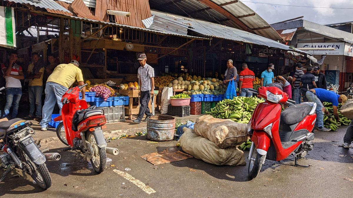 El mercado muncipal tuvo una gran movilidad de personas en la mañana del jueves 19.