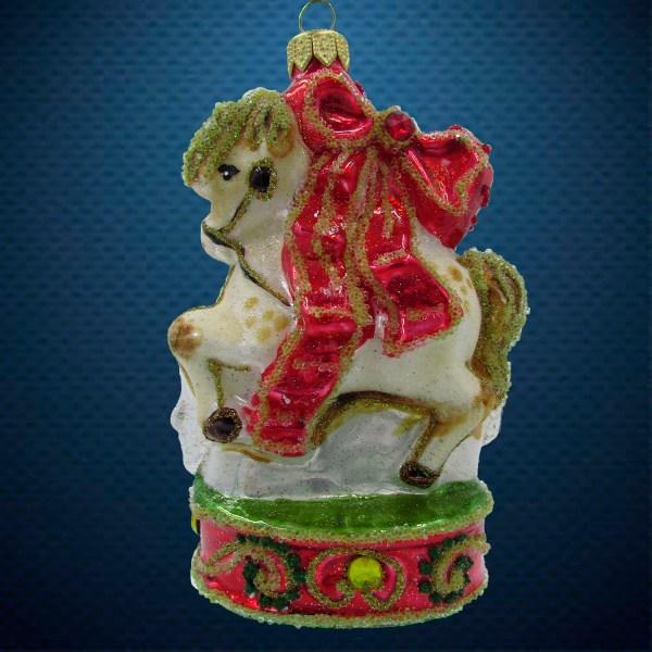 Стеклянная елочная игрушка Лошадка на подиуме 1