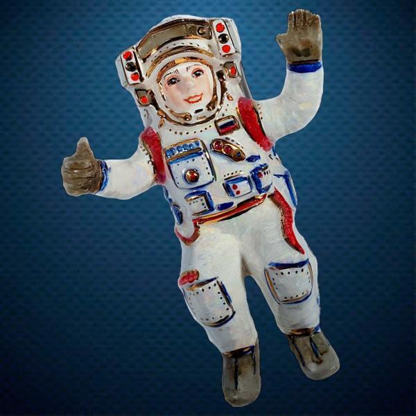 Керамическая елочная игрушка из серии Космос Фарфоровая Мануфактура Космонавт в открытом космосе