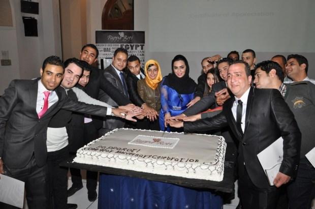تقطيع قالب الحلوی إحتفالا برور السنة الأولی علی افتتاح باباروتي القاهرة