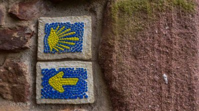 Ein Pilgerweg und das Zeichen aufwändig gestaltet