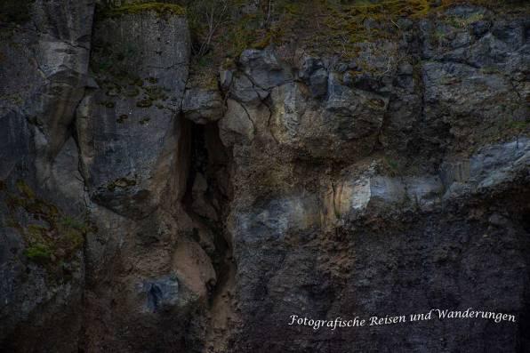 Verschiedende Gesteinsschichten in der Vulkanwand