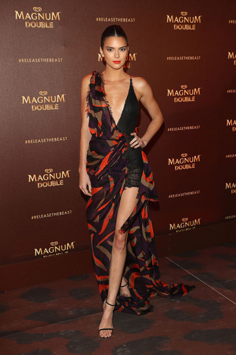 Em Versace no partido Magnum durante Festival de Cannes.