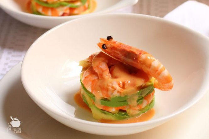 Timbal de aguacate con gambas y salsa cocktail