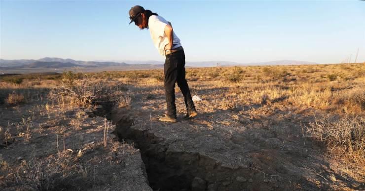 Grieta causada por el temblor del 5 de julio en California.