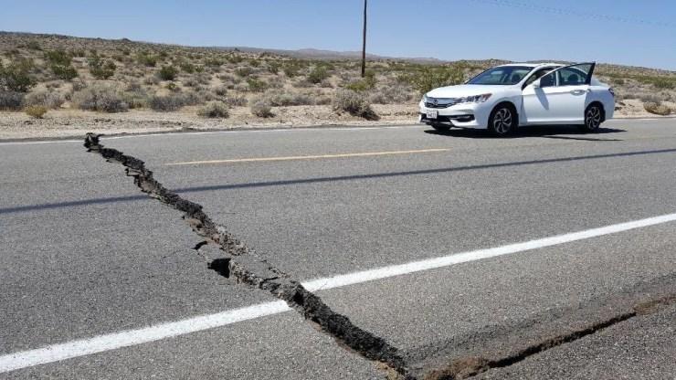 Rajaduras en la carretera cerca de la ciudad de Ridgecrest, California.