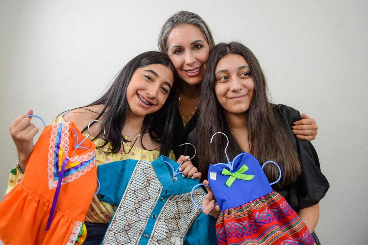 Nidya (al centro en la gráfica) abraza a sus hijas: Valeria (a la izquierda) y Melissa, (derecha). Foto: Sergio Estrada/El Latino San Diego.