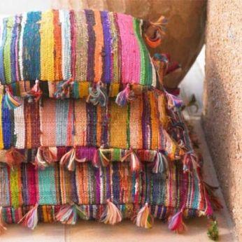bunte Kissen mit Troddeln | 7 STEPS: Die perfekte Mexikanische Dekoration