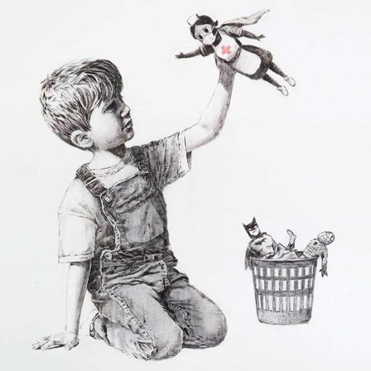 obra de bansky del covid 19 niño sujetando en el aire a una enfermera a modo de superheroe
