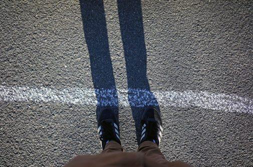 pies sobre una carretera con tiza