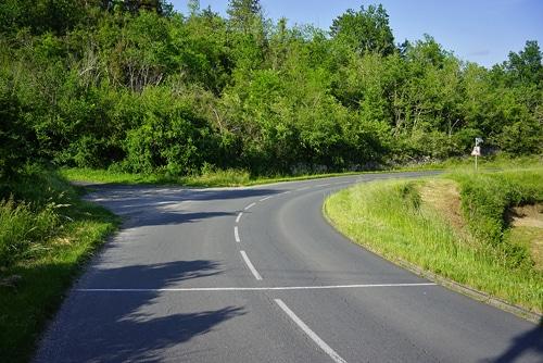 carretera en el campo dividida con una tiza