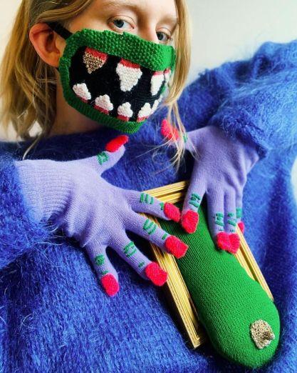 mujer con mascarilla de dientes y guantes tejidos a mano