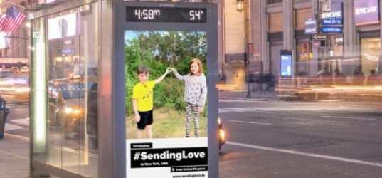 Campaña Sending love en un mupi de autobus