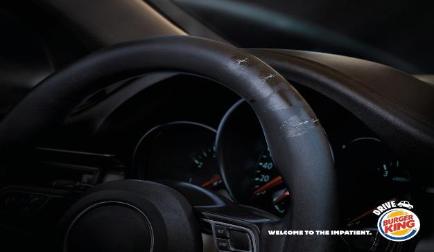 mano grasienta en un volante anuncio de Burger King