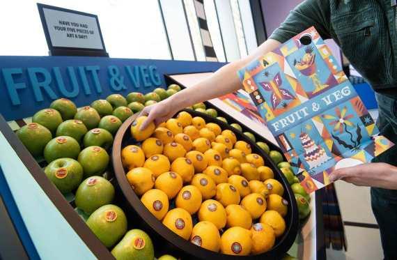 estante de frutas en el supermercado del museo del diseño
