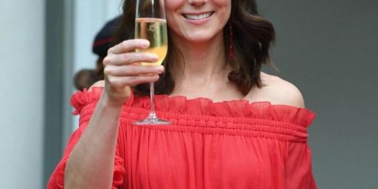 Το κόκκινο φόρεμα που θα λάτρευε η Kate Middleton #must_buy Το υπέροχο κόκκινο φόρεμα της Δούκισσας του Κέιμπριτζ με την boho αισθητική υπάρχει τώρα στα καταστήματα και μάλιστα σε τιμή έκπληξη...