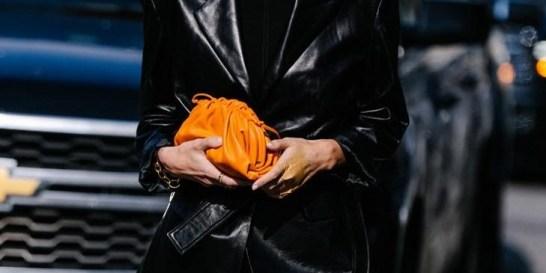 Αυτό το στυλ τσάντας είναι το πιο περιζήτητο τώρα Ο οίκος Bottega Veneta έκανε την αρχή με την The Pouch bag δημιουργώντας ένα viral trend.