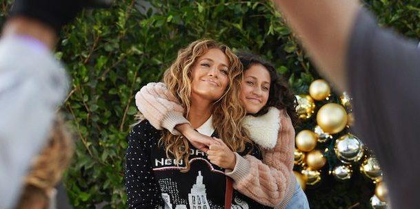 Η Jennifer Lopez μαζί με τα παιδιά της πρωταγωνιστούν στη γιορτινή καμπάνια του οίκου Coach
