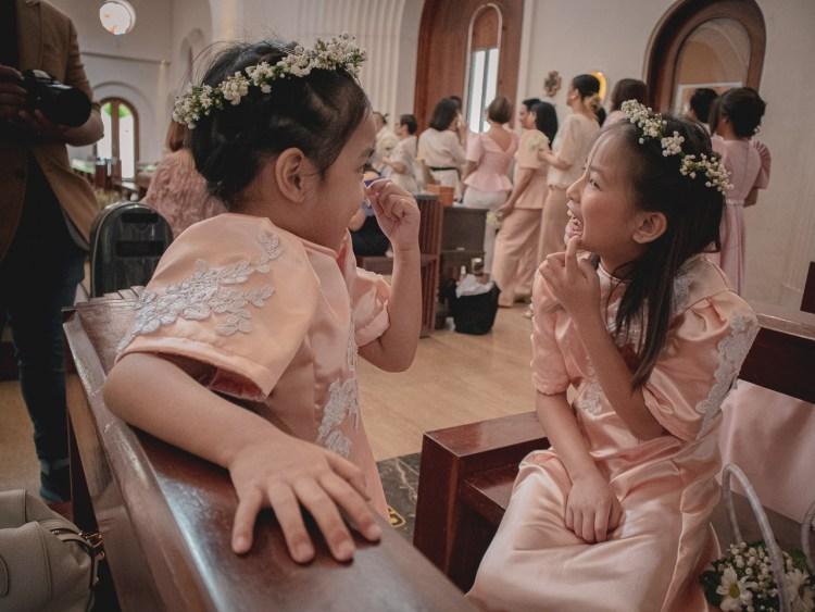 chatting-flower-girls