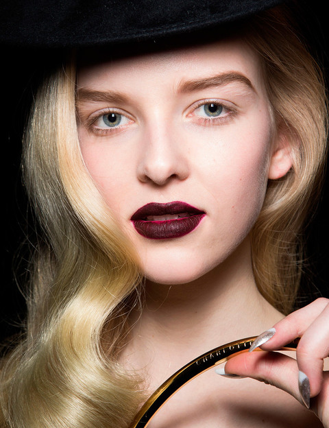 Un profundo rojo oscuro en los labios es el protagonista del desfile de otoño 2016 de Charlotte Olympia.