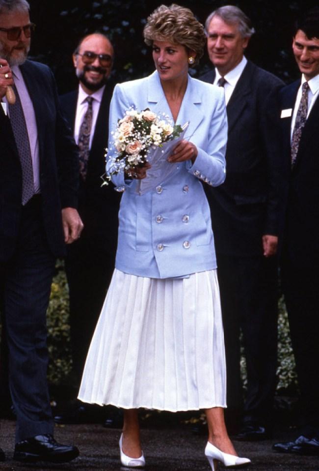 La falda plisada blanca es tendencia y ella ya la llevaba en los 90.