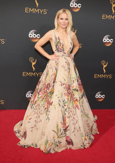 Con joyas de Harry Winston, zapatos de Brian Atwood y un impresionante vestido floreado de Zuhair Murad. Así posó la actriz Kristen Bell ante las cámaras.