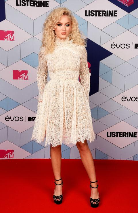 Zara Larsson escogió un vestido blanco de encaje de Ermanno Scervinno.