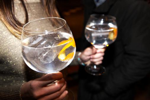 """""""Il Gin Tonic ha fatto la fine dellaSambuca e delJägermeister ed è usatoper ubriacarsi molto rapidamente. Provate inveceil Gin &Dubonnet(il preferito dalla Regina)""""."""