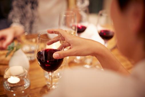 """""""La scelta del vino è molto personale, ma in generale bisogna attenersi al rosso e al bianco. Durante i pranzi formali, il modo migliore per servirlo è con la caraffa perché non serve sfoggiare l'etichetta di una bottiglia (dovrebbe esserci il  presupposto che il vino scelto è buono).  Il vino rosso deve essere decantato due ore prima di essere consumato, quello bianco deve essere travasato 20 minuti prima. Quando invece andate in un ristorante, il sommelier non vi offre l'assaggio del vino per verificare se vi piace. Per favore, non rispondete con frasi tipo """"Buono, grazie"""". Dovete verificare se il vino sa di tappo""""."""