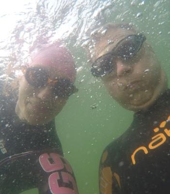 To svømmere holder vejret under vandet