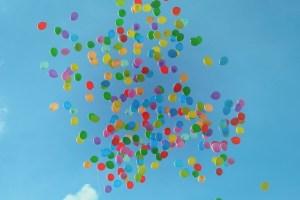ballons colorés dans le ciel positif