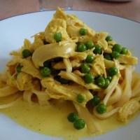 Kylling i cremet karrysovs med pasta