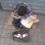 Παιδάκι πουλάει χαρτομάντιλα και διαβάζει τα μαθήματά του!