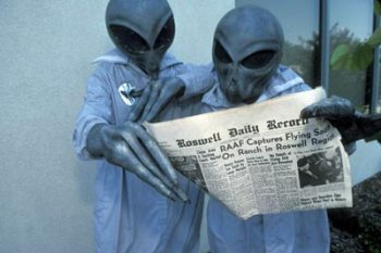 aa-conspiracy-theory-aliens-reading-newspaper