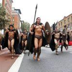 300 Ελληνες στο Λονδίνο για να απελευθερώσουν τα μάρμαρα του Παρθενώνα, πλήρωσαν εισιτήριο και περίμεναν στη στάση.